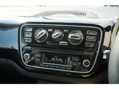 一番上のボタンはアイドリングストップのOFFのボタン。一番下のボタンはシートヒーターのボタンです。シートヒーターはお尻があったかくなるので冬場はとてもありがたいです。すぐあったかくなります。