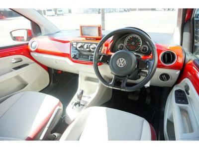 室内の雰囲気はとてもいいですね。白と赤のバランスがかわいい車に仕上がってます。実際見てもすごくいいですよ。