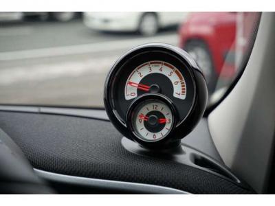 ハンドルの奥にタコメーターと時計です。上がタコメーター、下がアナログ時計。面白い組み合わせです。