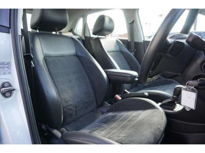 シートはハーフレザーです。座り心地がとてもいいです。もちろんキレイなシートです。長距離乗っても楽そうです。