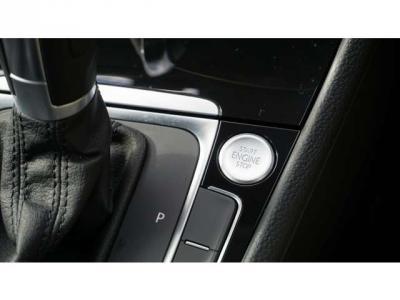 ハンドルは擦れもなくキレイです。ハンドルの左のボタンはACC(アダプティブクルーズコントロール)です。車間距離を保ってくれて停止までしてくれます。