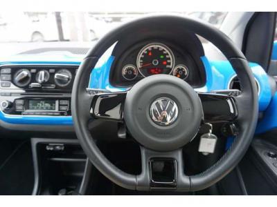 ハンドルもキレイです。ハンドルの左奥のウィンカーのレバーの所にクルーズコントロールのスイッチがあります。