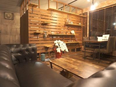 夜の店内の様子です。昼間と少しやわ雰囲気が変わります。照明が電球なので柔らかい雰囲気になります。