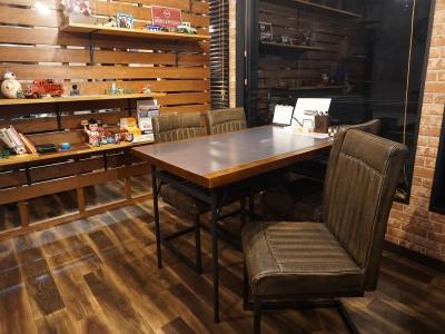 主に商談をするテーブルです。メインのテーブルです。