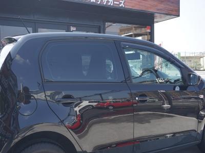 輸入車はプライバシーガラスがほとんどありません。だからスモークを張るんです。UP!に貼りました。