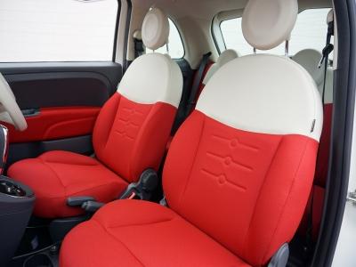 FIAT500の内装です。赤と白のシートがかわいいですね。こんなにかわいいと気分が上がります!