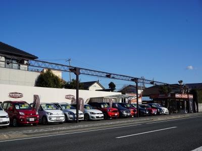 とてもいい天気ですね。車もキレイに見えるのでご来店お待ちしています。